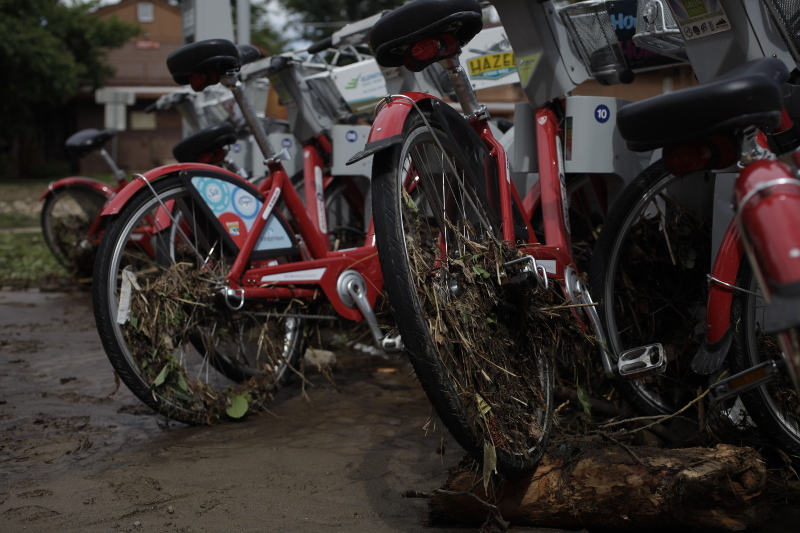 A Boulder B-cycle station after catching debris in the flood zone near 19th Street and the Boulder Creek path. (Robert R. Denton/CU Independent)