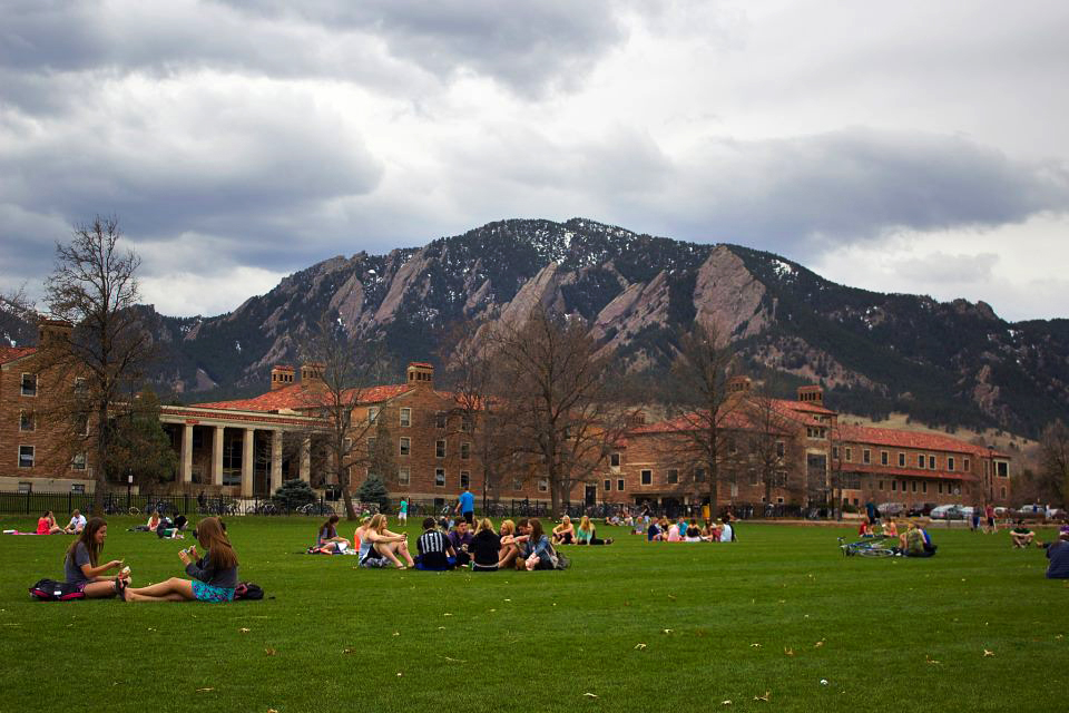 Students enjoy a cloudy day on Farrand Field. (Matt Sisneros/CU Independent)