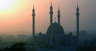The Abuja National Mosque in Abuja, Nigeria. (Photo courtesy of Jamie Tubers/Wikimedia Commons)