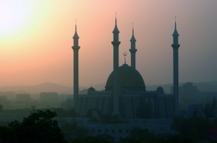 The Abuja National Mosque in Abuja, Nigeria. (Photo courtesy of Jamie Tubers/Wikimedia Commons)