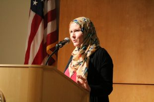 """G. Willow Wilson answers questions from an audience of CU-Boulder community members at her talk, """"Islam in Comics,"""" on Sept. 22, 2016. (Lucy Haggard/CU Independent)"""