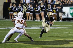 Sophomore wide receiver Jay Maclntyre runs the ball down field during the Buffs' 40-16 win against the Arizona Sun Devils. Oct. 15, 2016. (Benjamin Chang/ CU Independent)