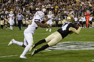 Sophmore wide receiver, Jay Maclntyre, catches the ball during the Buffs' 40-16 win against the Arizona Sun Devils on Saturday Oct. 15, 2016. (Benjamin Chang/CU Independent)