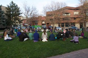 A meditation circle began to gather outside the Boulder Municipal Court house. Nov. 8, 2016. (Owen Swallow/CU Independent)